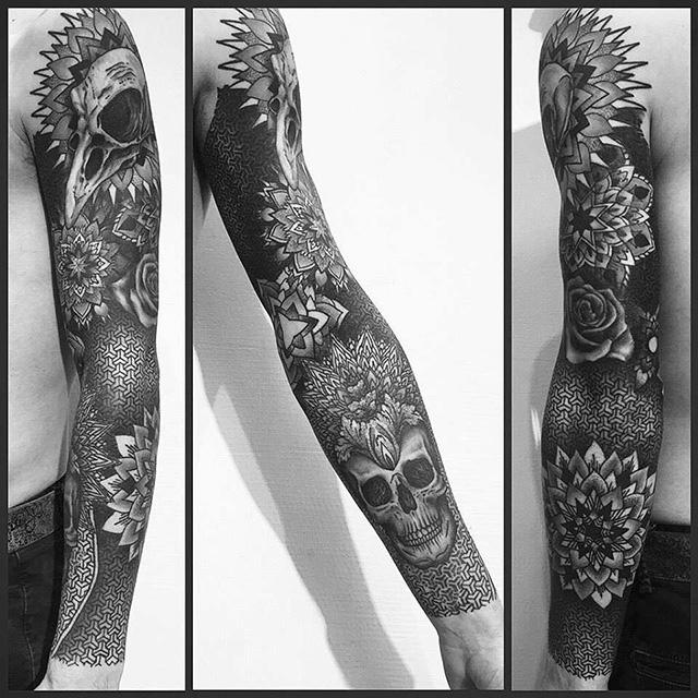 Tatouage sur tout le bras droit, mandalas, crâne d'oiseau et crâne humain